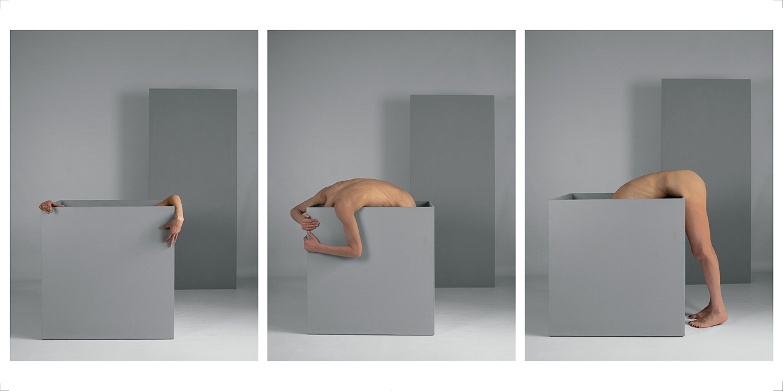 Photographie de Michel Rey - Triptyque d'un corps de femme debout et nue dans une boite