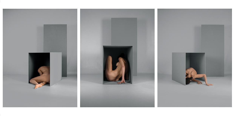 Photographie de Michel Rey - Triptyque d'un corps de femme au sol et nue dans une boite