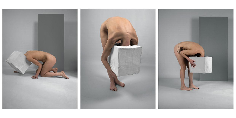 Photographie de Michel Rey - Triptyque d'un corps de femme debout, nue la tête dans une boite