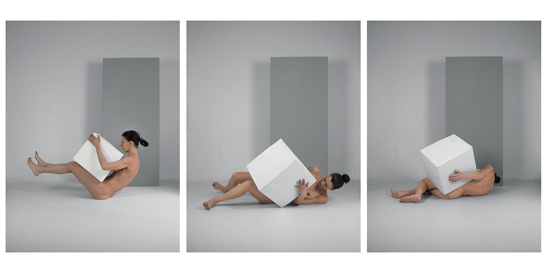 Photographie de Michel Rey - Triptyque d'un corps de femme au sol, nue avec une boite