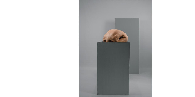 Photographie de Michel Rey _ Corps de femme au sol et nue dans une boite