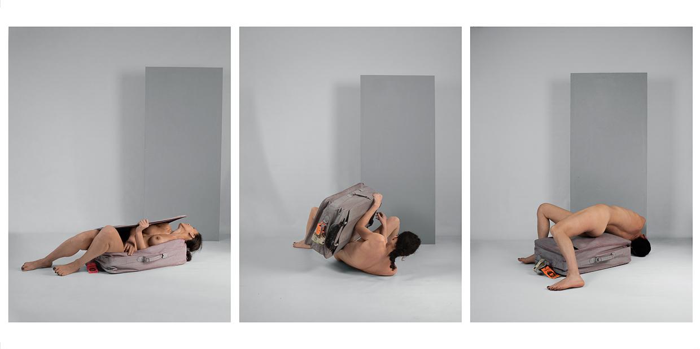 Photographie de Michel Rey - Triptyque d'un corps de femme au sol et nue jouant avec une valise