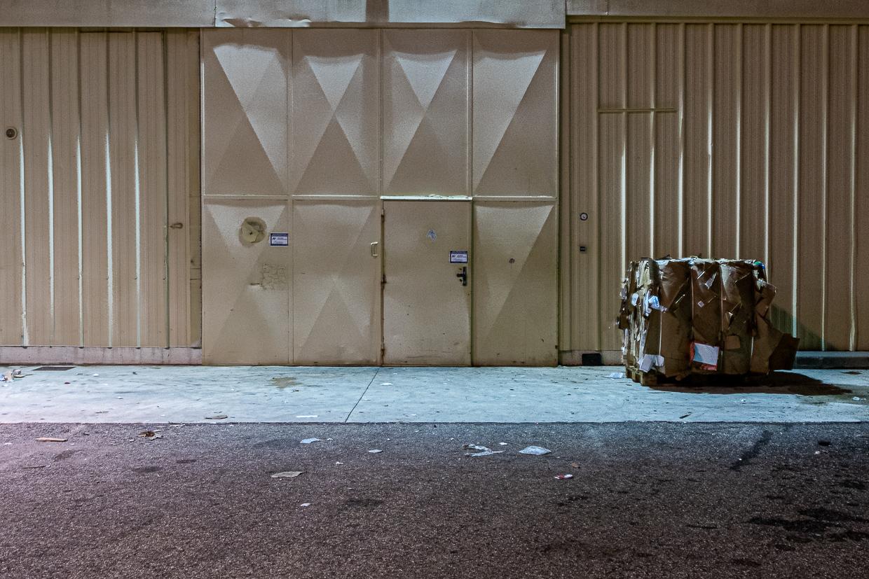 Photographie de Michel Rey prise au Centre Commerciale Plan de campagne situé entre Marseille et Aix-en-Provence..Les photographies sont prises de nuit. Elle représente une vue d'un batiment blanc avec un ballot de cartons devant