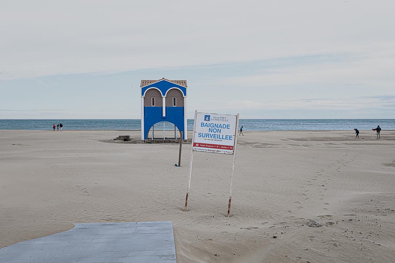 Photographie de Michel Rey prise à Port-La-Nouvelle dans l'Aude. Elle représente une vue de la plage avec un cabanon abritant la sécurité