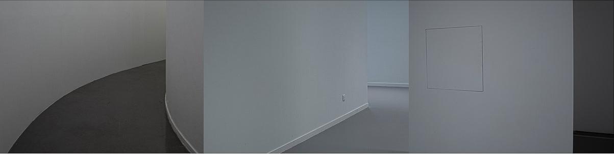 Photographie de Michel Rey construite en triptyque. Les 3 photographies représente des pans de mur et de couloirs qui donnent l'impression au voyeur de circuler dans l'espace.