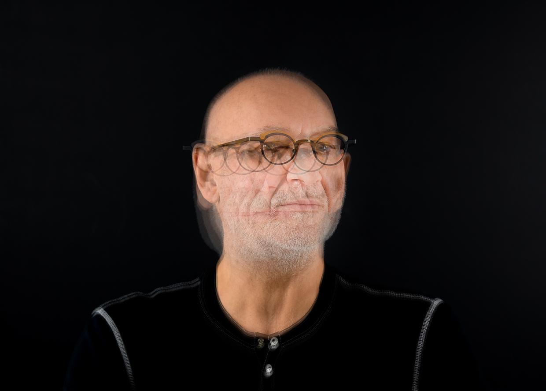 Portrait du photographe Michel Rey. Elle represent une supperposition de 5 portraits pris de gauche à droite se déplacant de 30 degrés