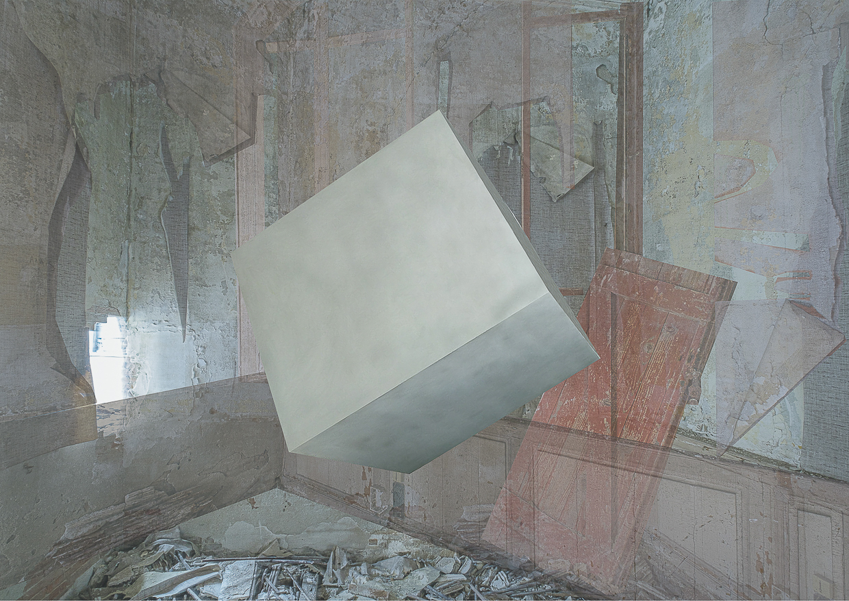 Photographie de Michel Rey prise dans le chateau de la La Gafette à Port de Bouc. La photo représente un cube blanc en suspension dans une des pièces du chateau . Les murs de la pièce sont constitués de 3 collages supperposés de différentes parties de la même salle.