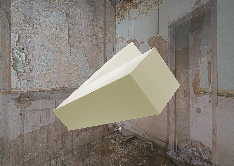 Photographie de Michel Rey prise dans le chateau de la La Gafette à Port de Bouc. La photo représente un volume en L, jaune-blanc en suspension dans une des pièces du chateau . Les murs de la pièce sont constitués de 3 collages supperposés de différentes parties de la même salle.