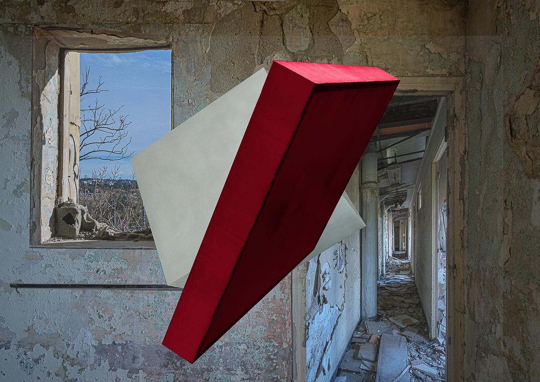 Photographie de Michel Rey prise dans le chateau de la La Gafette à Port de Bouc. La photo représente deux volume en suspension dans une des pièces du chateau . Un cube blanc et un parallepipède rouge Les murs de la pièce sont constitués de 3 collages supperposés de différentes parties de la même salle.