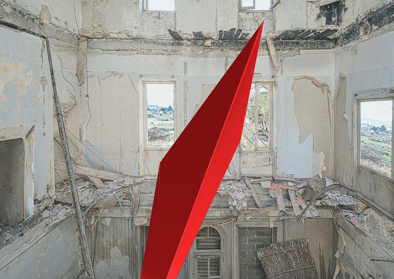 Photographie de Michel Rey prise dans le chateau de la La Gafette à Port de Bouc. La photo représente un volume angle rouge en suspension dans une des pièces du chateau . Les murs de la pièce sont constitués de 3 collages supperposés de différentes parties de la même salle.
