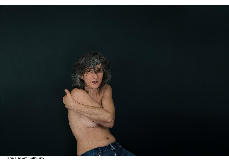 Photographie de Michel Rey - Portrait d'une femme nue de face ,les bras croisés, regardant le spectateur en souriant. Intitulé de la photo : Ma mère me surnomme «Semelles de vent».