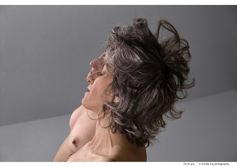 Photographie de Michel Rey - Portrait d'une femme nue de profil,en plan américain s'appuyant sur une glace les yeux fermés. Intitulé de la photo : J'ai 15 ans. V. m'initie à la photographie.