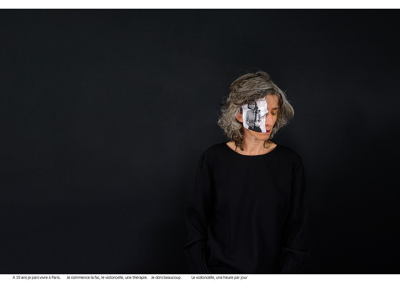 Photographie de Michel Rey - Portrait d'une femme habillée avec une robe noire, de face, la tête légèrement tournée vers la droite, les yeux fermés. Une photo de la femme jeune fille avec un violoncelle qui sourit. Intitulé de la photo : A 19 ans je pars vivre à Paris. Je commence la fac, le violoncelle, une thérapie. Je dors beaucoup. Le violoncelle, une heure par jour.